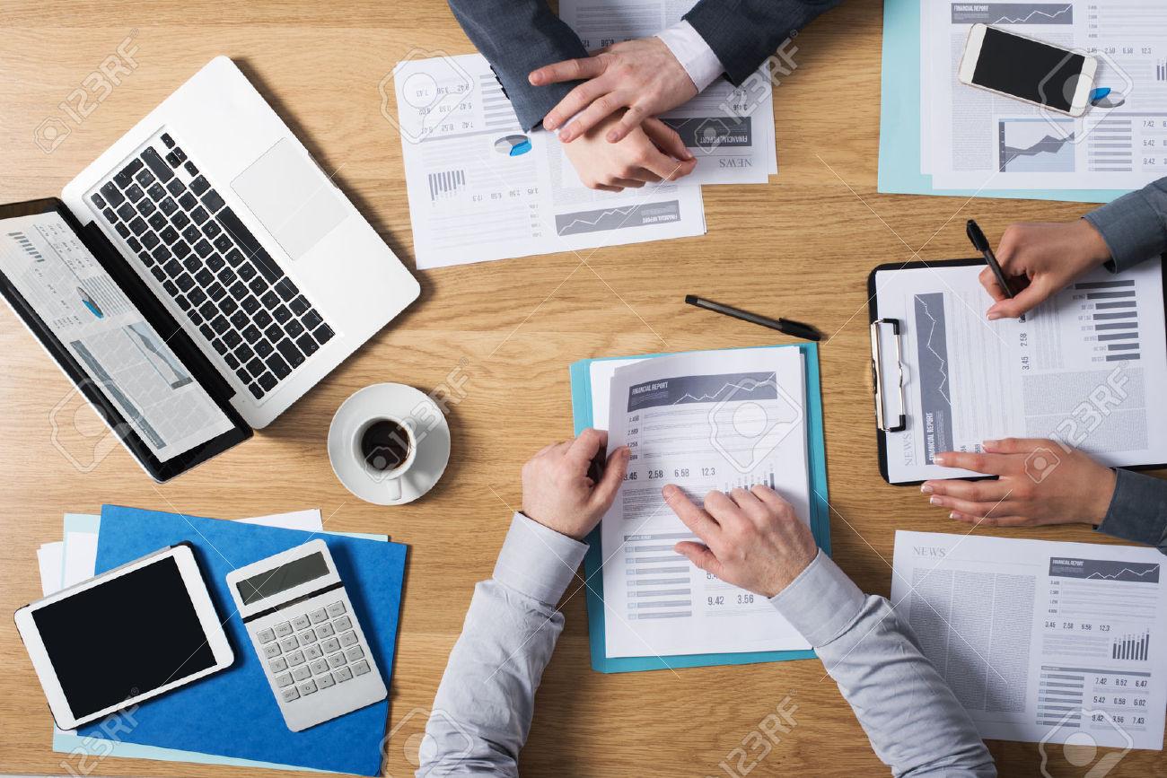 39447129-Squadra-di-persone -di-affari-che-lavora-insieme-alla-scrivania-in-ufficio-con-lavoro-di-ufficio-fina- Archivio-Fotografico 793e1f7af965